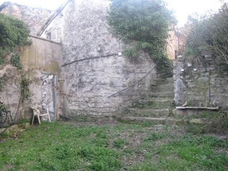 Casa de pueblo. rustica piedra. con jardin. huerto. —