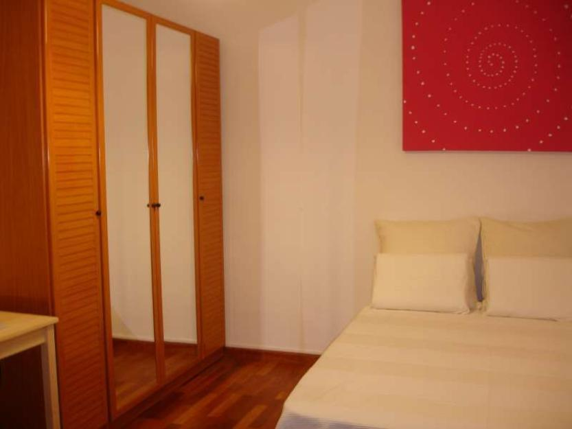Habitación con aire acondicionado en piso con jardín interior del Eixample